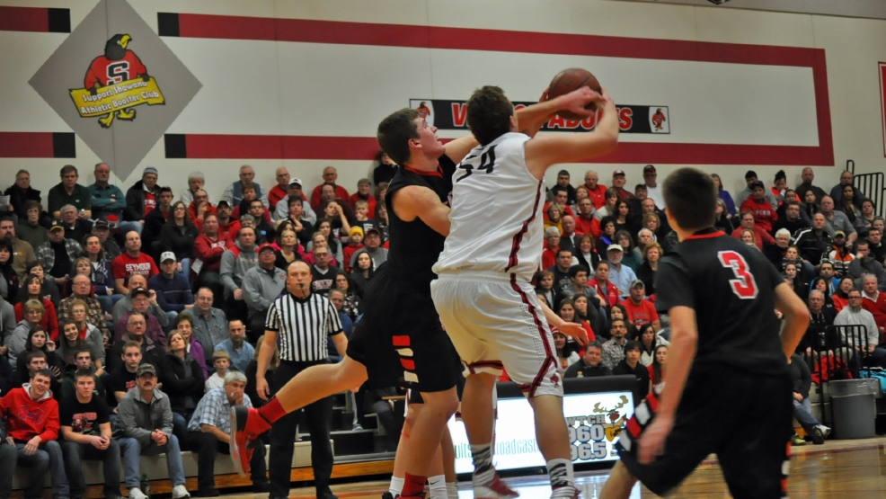 Shawano and Seymour battled each other Friday in a Bay Conference boys basketball game. (Doug Ritchay/WLUK)