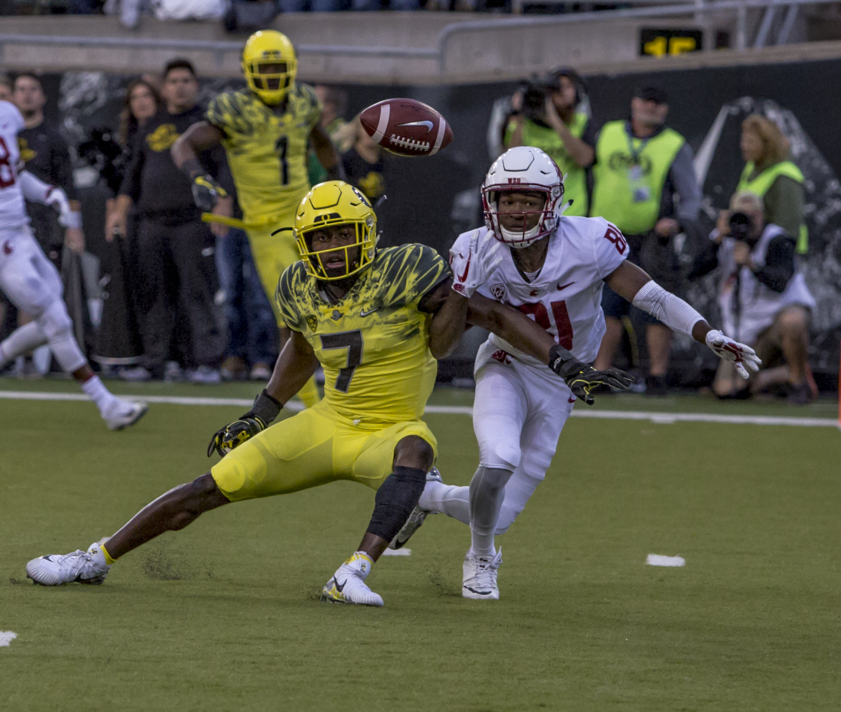 Oregon defender Ugochukwu Amadi (#7) attempts to catch a pass intended for Washington State wide receiver Renard Bell (#81). The Oregon Ducks trail the Washington State Cougars 10 to 13 at the end of the first half. Photo by Ben Lonergan, Oregon News Lab