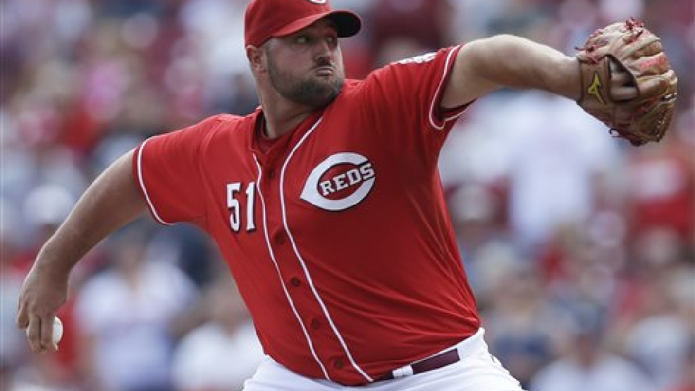 Cincinnati Reds relief pitcher Jonathan Broxton throws against the Atlanta Braves in the ninth inning of a baseball game, Sunday, Aug. 24, 2014, in Cincinnati. The Reds won 5-3. (AP Photo/Al Behrman)