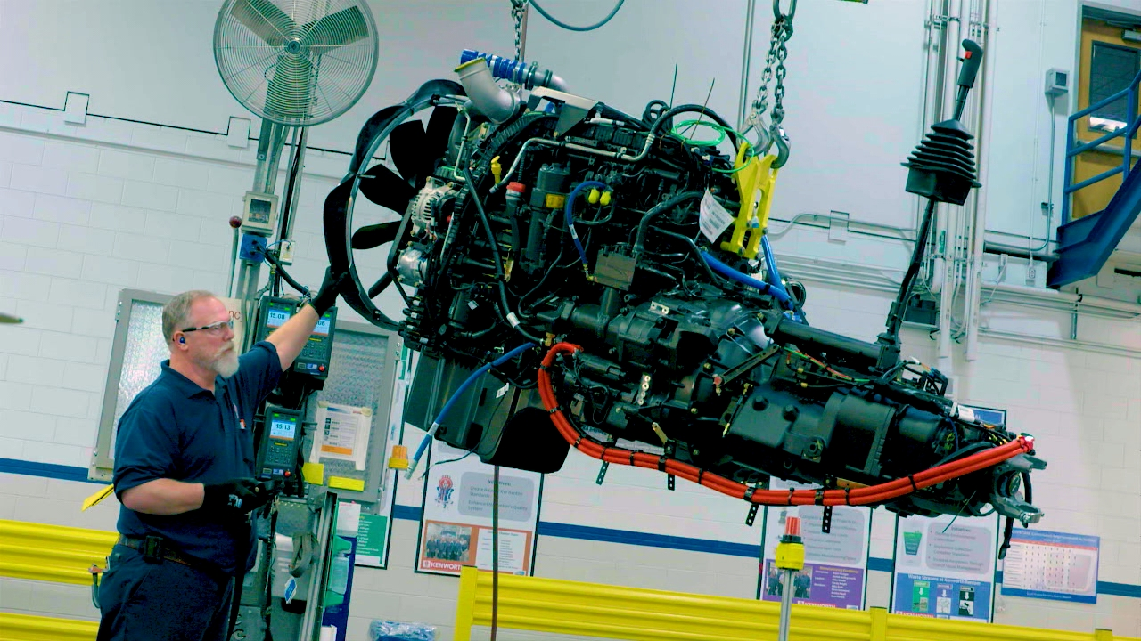 Workers swing in the engine. Kenworth says it pumps out about 500 HP and 1800 ft/lbs of torque.{&amp;nbsp;}(Image: Seattle Refined) <p></p>