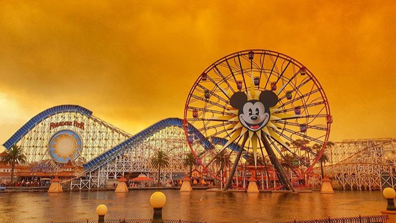 Anaheim Hills wildfire seen from Disneyland in California on October 9, 2017. Photo: MGN Online<p></p>