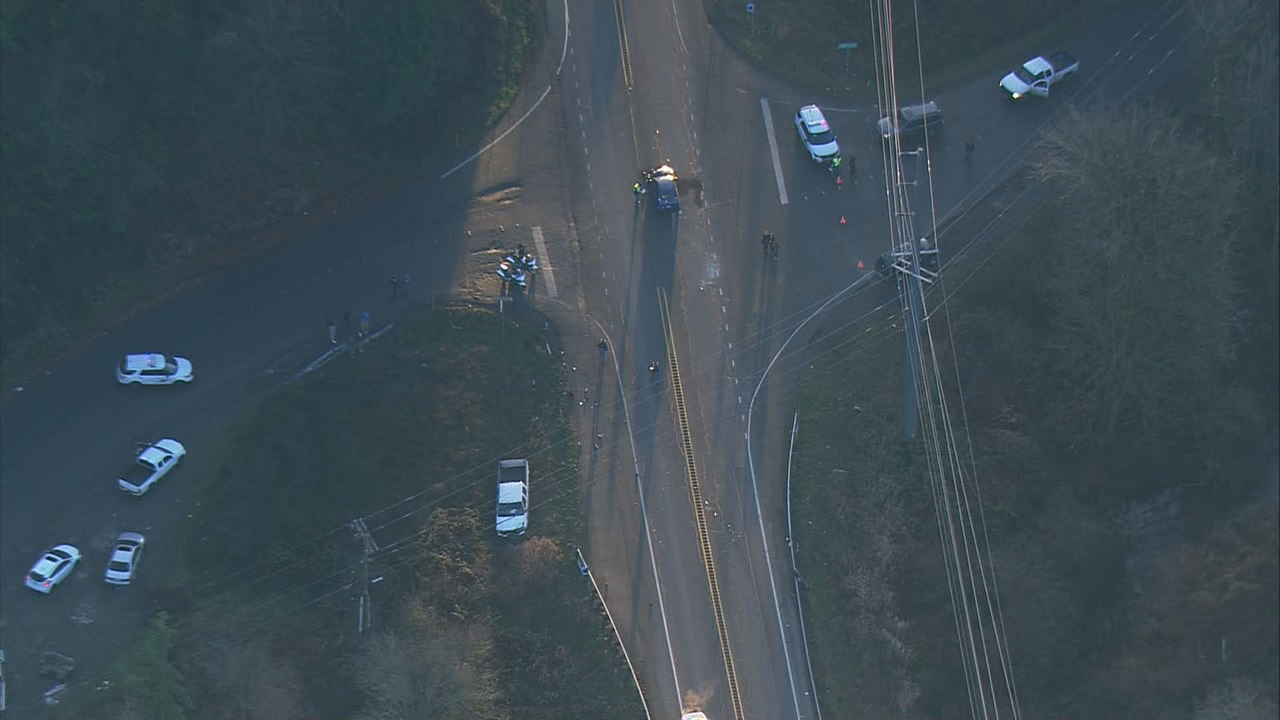 Police investigate a 3-car crash that left one dead and three injured in Lake Stevens. (Photo: KOMO News/Air 4)