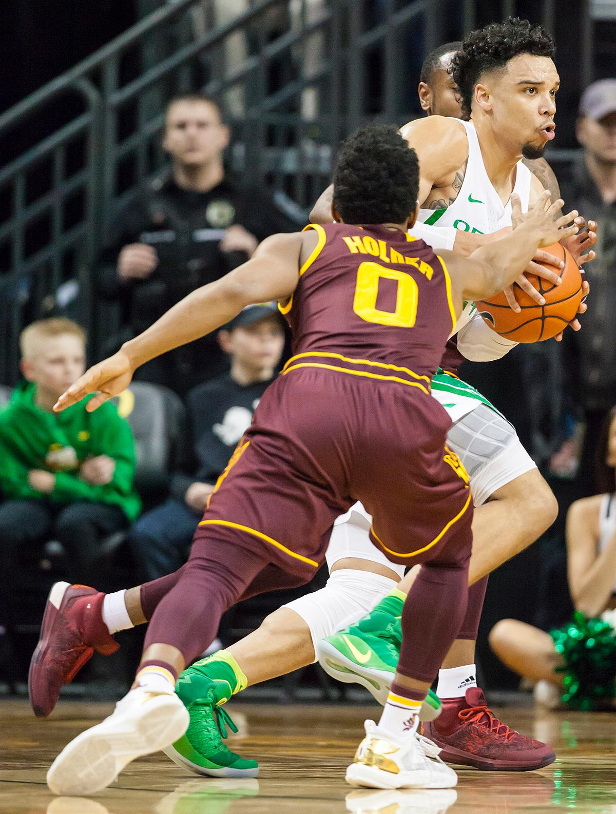 Oregon forward Dillon Brooks breaks away from Arizona State guard Tra Holder (#0). The Oregon Ducks defeated the Arizona State Sun Devils 71 to 70. Photo by Ben Lonergan, Oregon News Lab