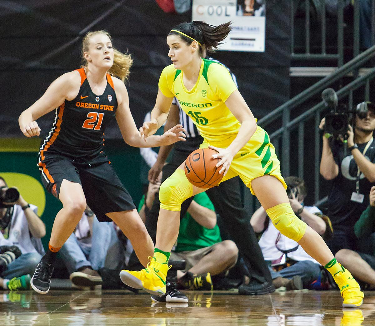 Oregon forward Jacinta Vandenberg (#15) attempts to break free of Oregon State center Marie Gulich (#21). The Oregon Ducks lost 40 to 43 against the Oregon State Beavers after a tightly matched 4th quarter. Photo by Ben Lonergan, Oregon News Lab