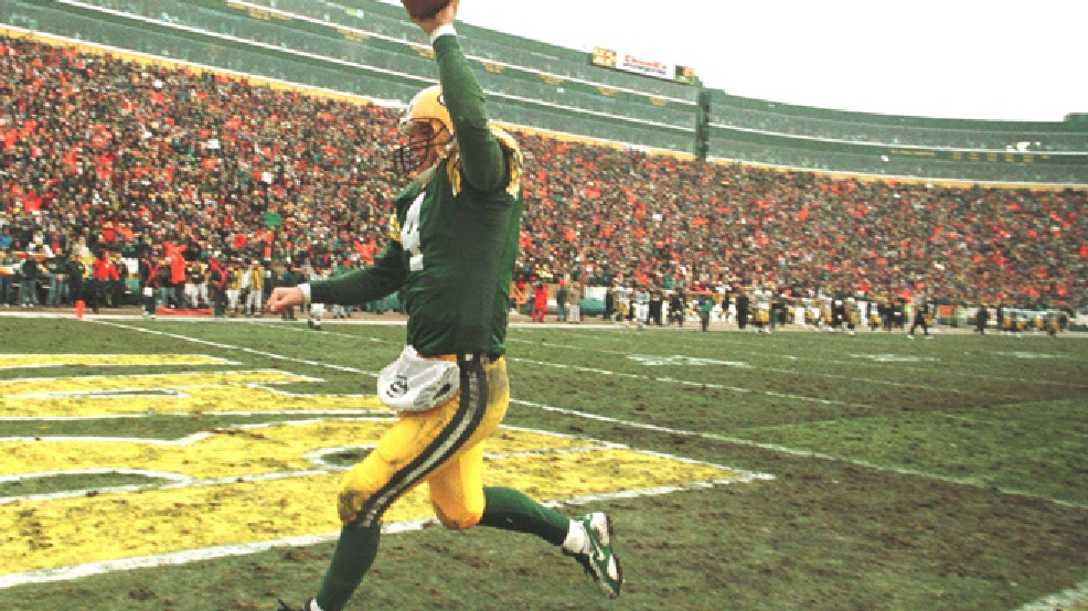 Green Bay Packers' quarterback Brett Favre runs off the field as the final seconds run off the clock in their game Sunday, Dec. 24, 1995, against the Pittsburgh Steelers. The Packers won 24-19 to win the NFC Central title for the first time since 1972. (AP Photo/Jeff Phelps)