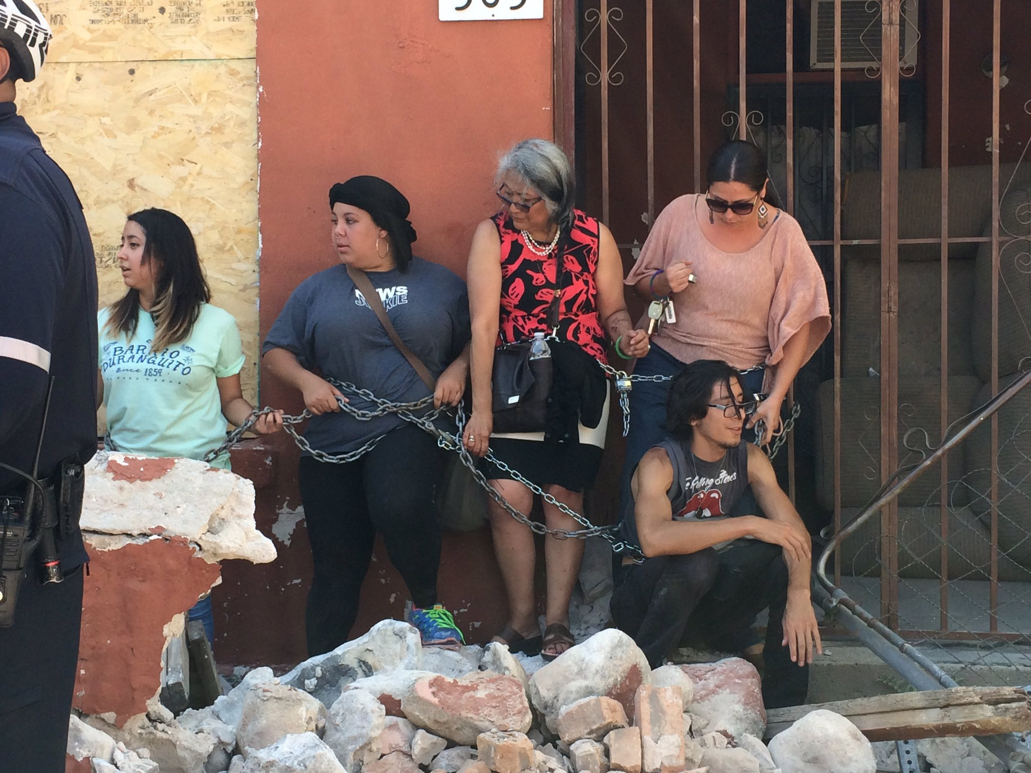 Protesters chain themselves to a building in the Duranguito neighborhood. Photo: KFOX14 / CBS4