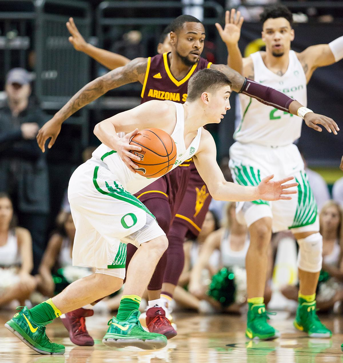 Oregon guard Payton Pritchard (#3) looks to pass the ball. The Oregon Ducks defeated the Arizona State Sun Devils 71 to 70. Photo by Ben Lonergan, Oregon News Lab